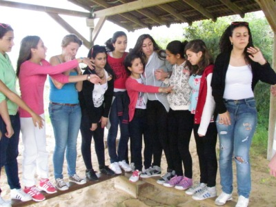 Hand-in-Hand and Beit Shemesh Twinned team work out their differences on a teambuilding ropes course.