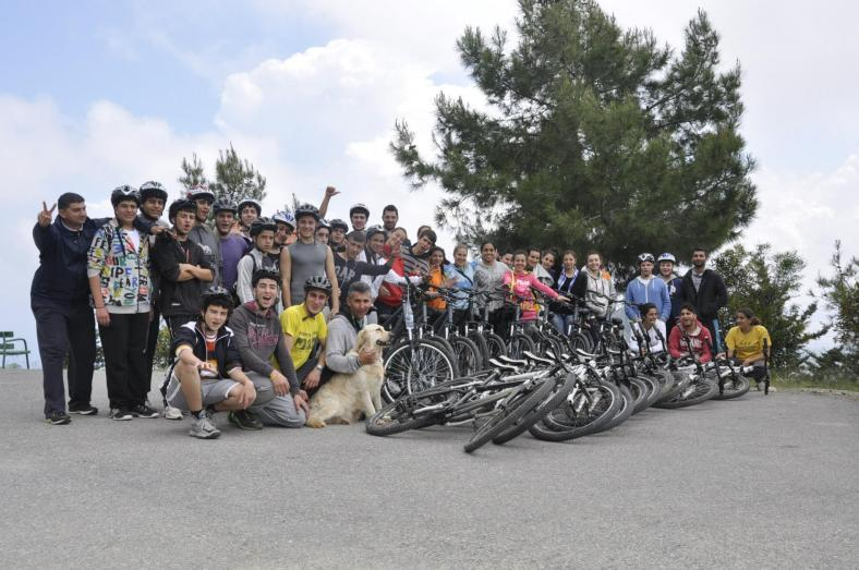 Alim with the whole PeacePlayers crew for a bike tour in 2013
